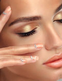 眼睛和嘴唇、眼线膏和珊瑚唇膏的构成 免版税库存图片