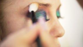 眼睛构成妇女涂与刷子的眼影膏 美丽的表面妇女 完善的五颜六色的构成 关闭 侧视图 影视素材