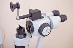 眼睛检查在眼医实验室 免版税库存图片