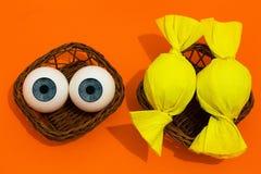 眼睛球和糖果在篮子 库存照片