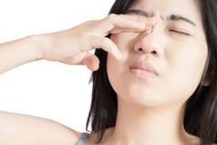 眼睛痛苦和眼睛疲劳在白色背景隔绝的妇女 在白色背景的裁减路线 免版税库存照片