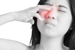 眼睛痛苦和眼睛疲劳在白色背景隔绝的妇女 在白色背景的裁减路线 免版税图库摄影