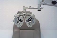 眼睛瞄准机器在眼科医生` s办公室 免版税库存照片