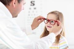 眼睛视域测试孩子的孩子在optitian 孩子的Eyewear 库存图片