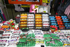 眼睛玻璃商店在夜市场上 免版税库存图片