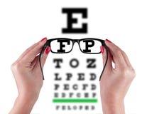 黑眼睛玻璃在妇女` s手上 免版税库存图片