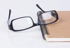 眼睛玻璃 与书的眼睛玻璃在背景 库存图片