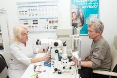 眼科医生医生和患者 免版税库存照片
