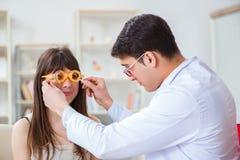 眼科医生检查患者在眼科医生医院 库存图片