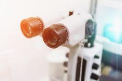 眼科学眼力诊断概念 在诊所的现代眼睛测试机器设备 免版税图库摄影