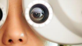 眼科学诊所-妇女由现代设备检查视觉,宏指令 影视素材