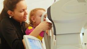 眼科学诊所-母亲和儿童检查女孩` s注视 影视素材