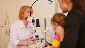 眼科学` s医生的小孩-验光师检查眼力女孩 影视素材