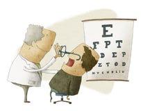 眼科医生在一名男性患者上把玻璃放 免版税库存照片