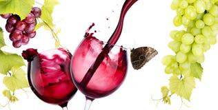 眼镜与红葡萄酒飞溅的 免版税库存图片
