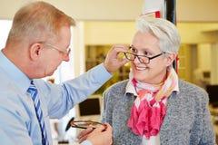 眼镜师提供的咨询 库存图片