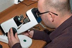 眼镜师生产工作 库存图片