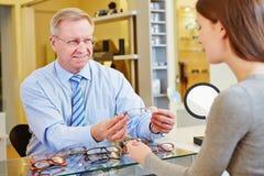从眼镜师的咨询新的 免版税库存照片