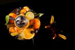 眼镜用酒精饮料饮料酒和水烟筒用果子 库存图片