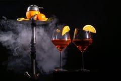 眼镜用酒精饮料饮料酒和水烟筒用果子 图库摄影