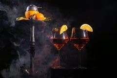 眼镜用酒精饮料饮料酒和水烟筒用果子 免版税库存照片