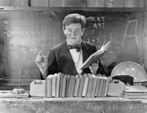 戴眼镜的人教在教室的(所有人被描述不更长生存,并且庄园不存在 供应商保单Th 库存照片