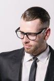 戴眼镜的凉快的年轻人 免版税库存图片