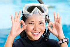 年轻印度尼西亚潜水者说好 库存照片