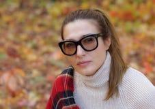 戴眼镜的可爱,聪明的妇女 免版税库存照片