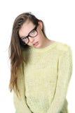 戴眼镜的可疑青少年的女孩在干净的白色ba的一个看法的 图库摄影