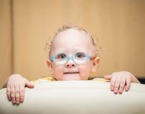 戴眼镜的好奇男孩看得殷勤地 库存照片