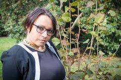 戴眼镜的妇女本质上 免版税库存图片