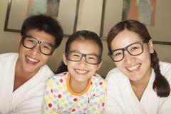 戴眼镜的愉快的家庭 免版税图库摄影