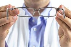戴眼镜的眼镜师 免版税库存照片