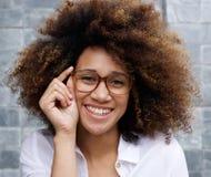 戴眼镜的聪明的年轻非洲妇女 库存图片