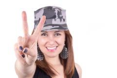 戴着一个军用帽子的美丽的女孩 免版税库存照片