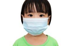 戴着一个防毒面具的亚裔矮小的中国女孩 库存图片