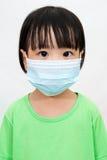 戴着一个防毒面具的亚裔矮小的中国女孩 免版税图库摄影