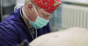 戴着一个面具的4K Portret成人医生在手术室 股票录像