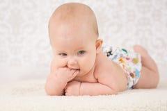 戴着一块可再用的尿布的婴孩 免版税库存照片