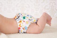 戴着一块可再用的尿布的婴孩 免版税库存图片