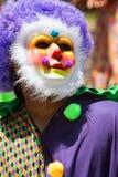 戴着五颜六色的小丑服装和面具的人庆祝加勒比文化 库存图片