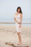 戴着在海的美丽的女孩一个镯子 免版税库存图片