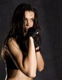 戴着在黑暗的背景的美丽的性感的女性拳击手或Muttahida Majlis-E-Amal战斗机黑手套 免版税库存图片