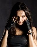 戴着在黑暗的背景的美丽的性感的女性拳击手或Muttahida Majlis-E-Amal战斗机黑手套 库存图片