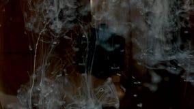 着墨慢打旋的水中 黑色背景 作用,FX 4k UHD 股票视频