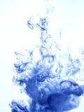 着墨漩涡在白色背景隔绝的水中 油漆在水中 软的传播小滴蓝墨水 免版税库存照片
