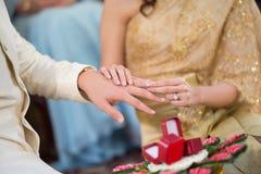 戴着她的新郎的新娘一个婚戒 库存照片