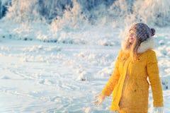 戴着手套的少妇使用与雪室外冬天假期 免版税图库摄影