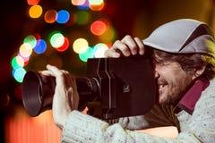 戴着有一个老电影摄影机的一个人一个帽子 免版税库存图片